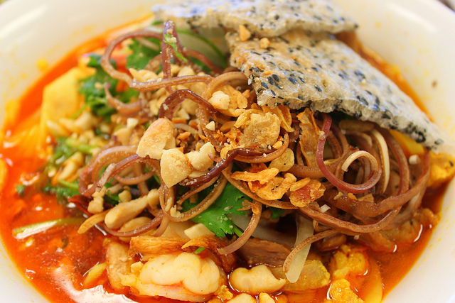Must-try food in Hoi An holiday package: Quang noodle