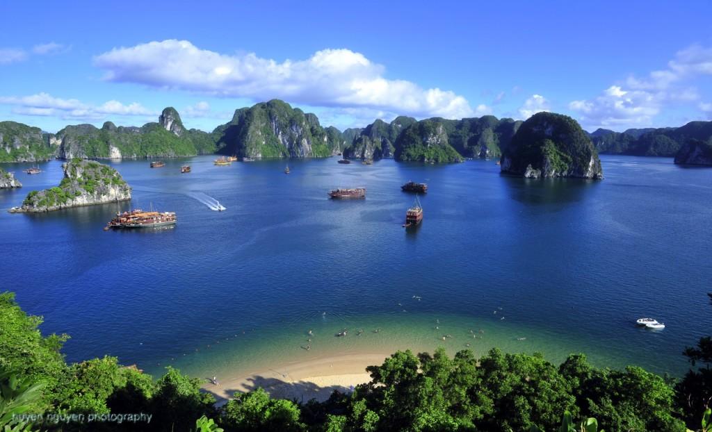 Best attraction in Cambodia Vietnam Laos Myanmar tour: Halong bay